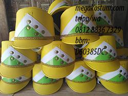 desain topi drumband kombinasi kuning putih hijau